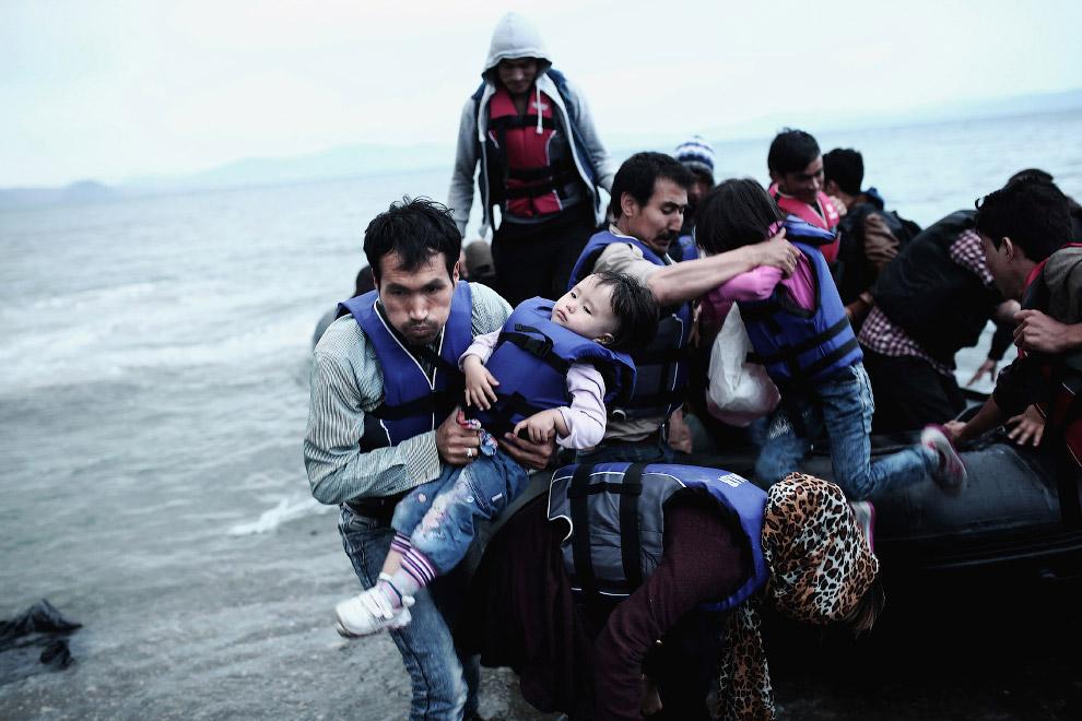 Мигранты после пересечения Эгейского моря между Турцией и Грецией