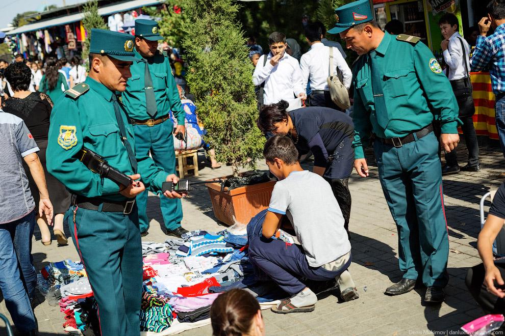 Полицейские гоняют незаконных торговцев.
