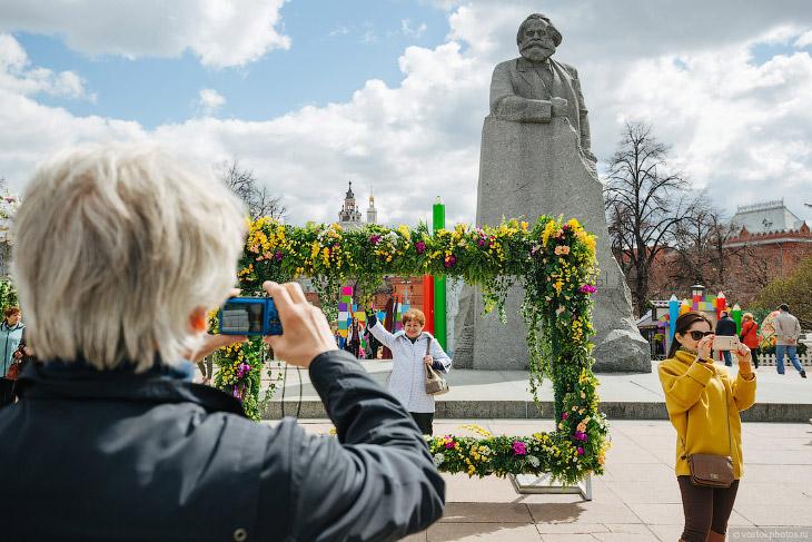 Площадь Революции и памятник Карлу Марксу. Илья почему-то очень любит памятники, особенно военные.