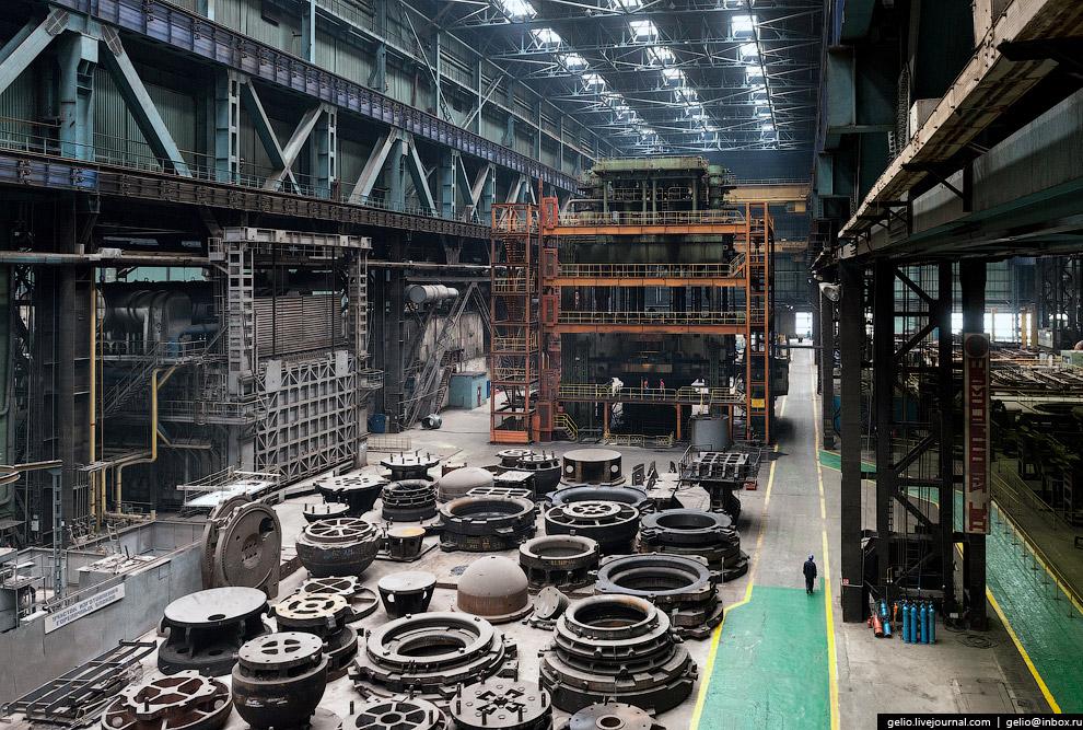 Листоштамповочный пресс двойного действия с усилием 15 тысяч тонн может штамповать днища из плоской заготовки толщиной до 45 см.
