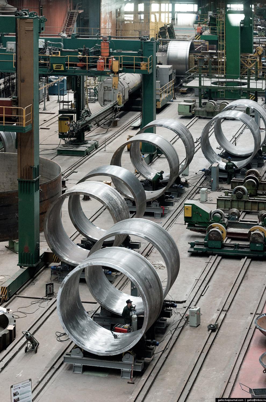 Толстостенные (до 11 см) обечайки с внутренней антикоррозионной наплавкой являются составными частями корпуса нефтеперерабатывающего реактора.