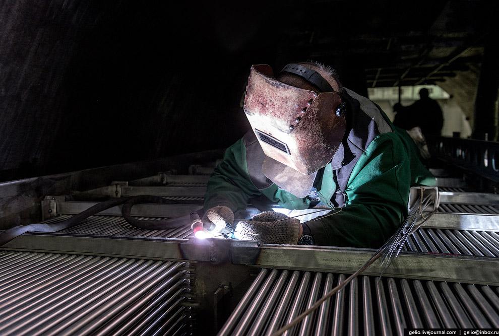 Внутрь корпуса парогенератора необходимо установить и приварить к коллекторам порядка 11 тысяч теплообменных трубок — змеевиков.
