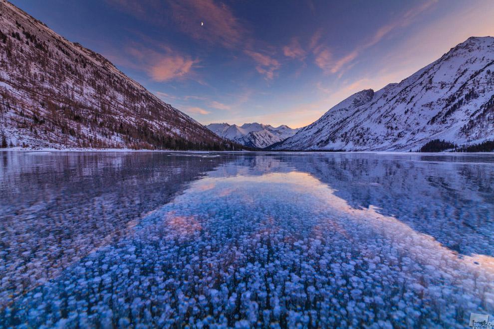 Пузырьки во льду на озере, Алтай