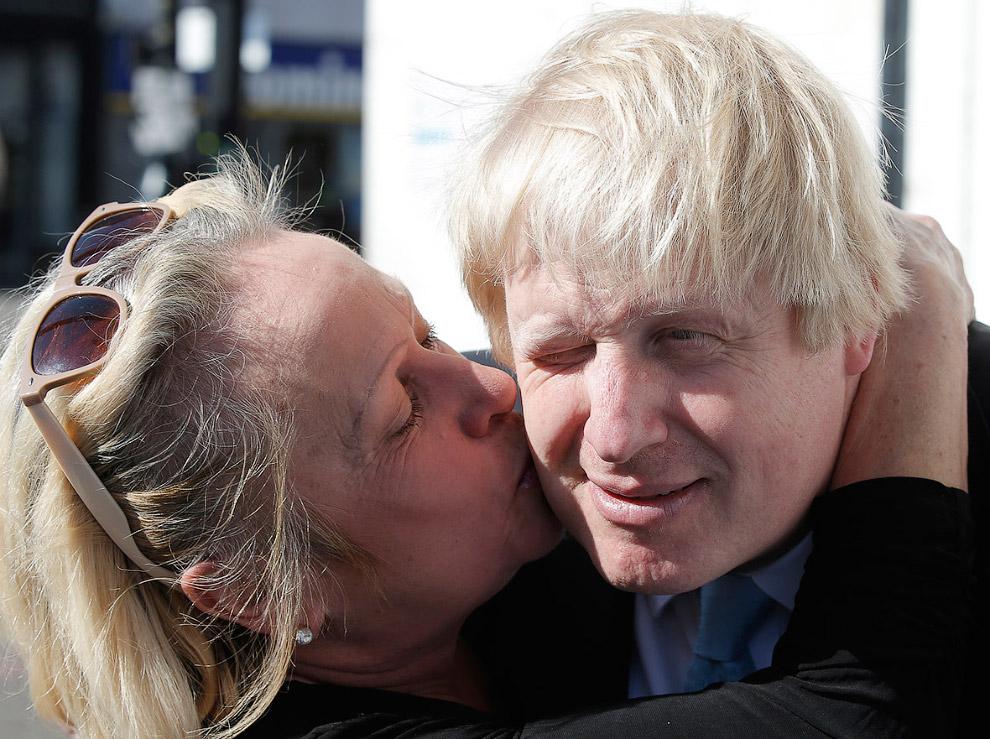 Борис и поклонница во время предвыборной кампании