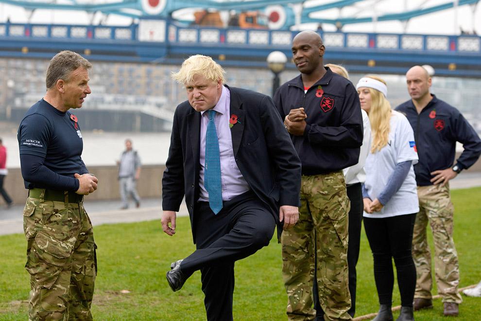 Мэр Лондона разминается перед перетягиванием каната