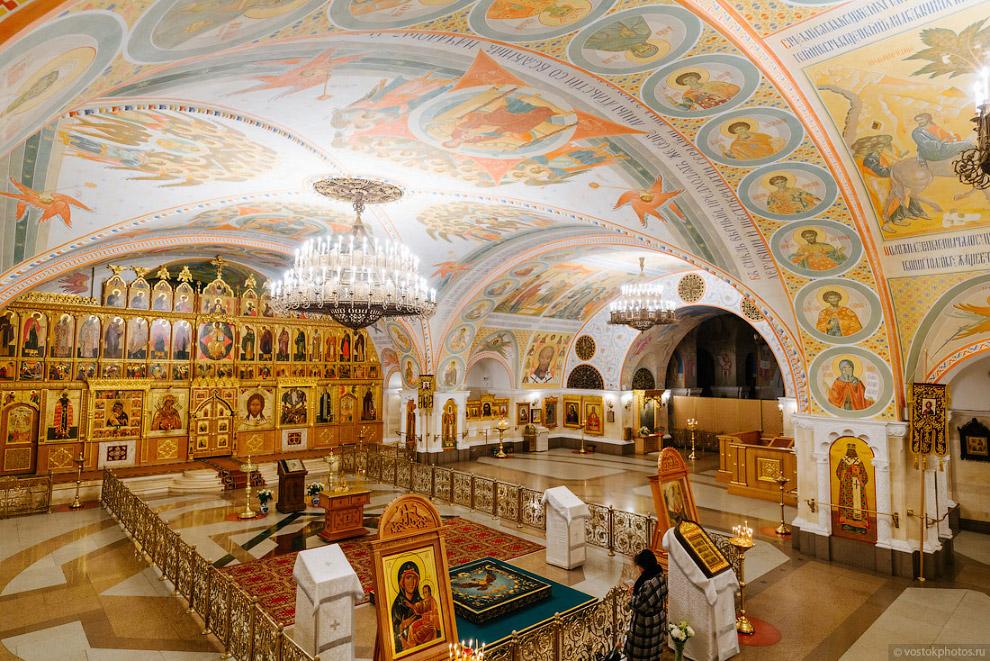 «Нижний храм» имеет три алтаря: главный — в честь Преображения Господня и два малых придела — в честь Алексия человека Божия и Тихвинской иконы Божией Матери.