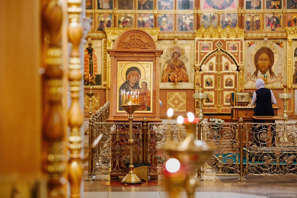 Внутреннее убранство Преображенской церкви Храма Христа Спасителя ориентировано на древнерусские традиции.