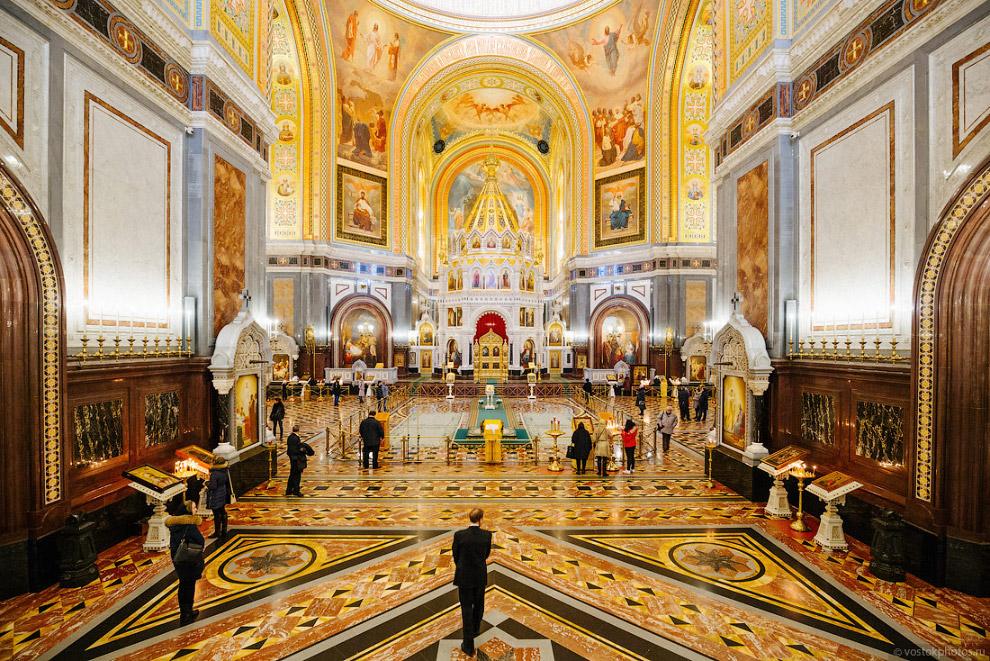 «Верхний храм» намного больше и просторнее. В плане храм выглядит как равносторонний крест около 80 м шириной, и вмещает в себя до 10000 человек.