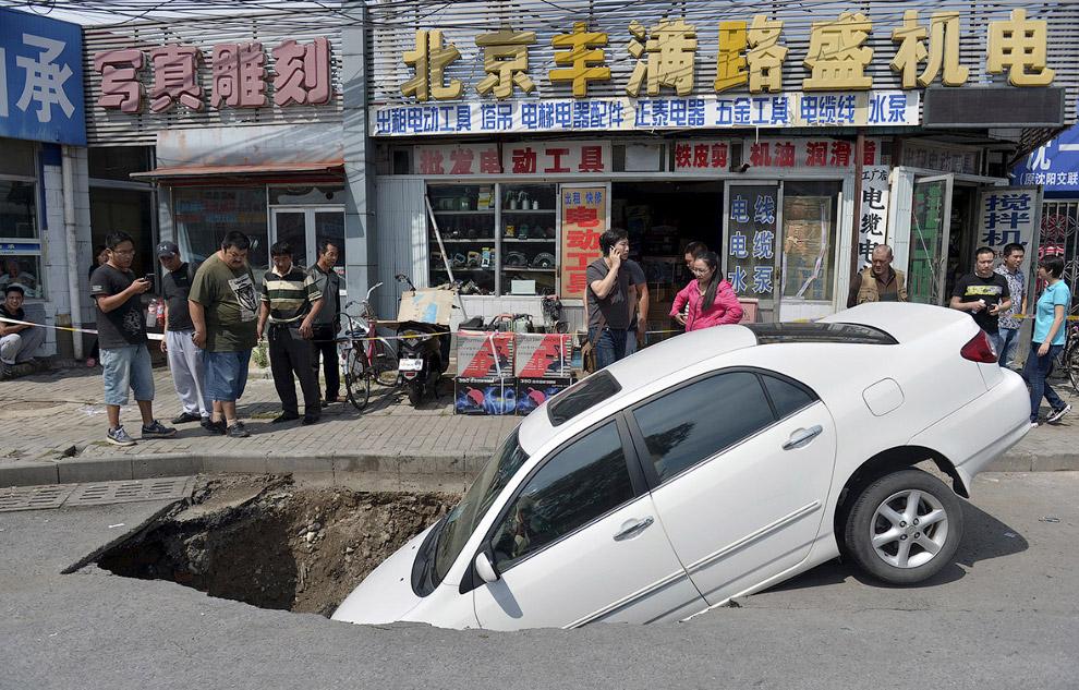 Дыра на дороге в Пекине, Китай