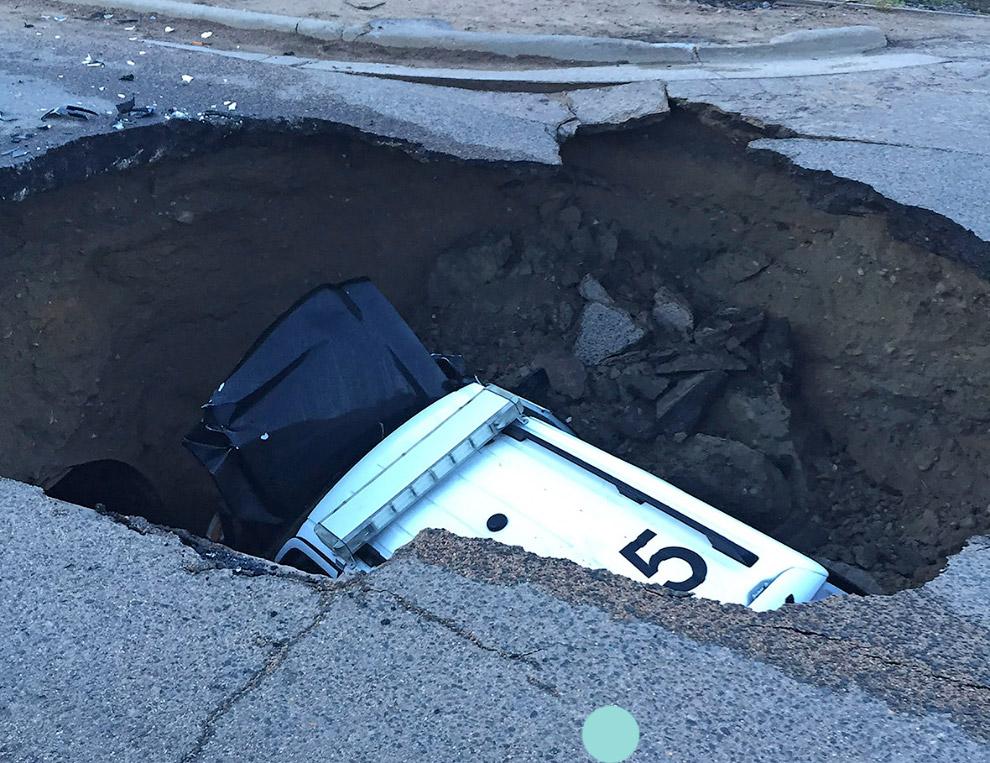 Полицейский автомобиль провалился в дыру в земле а штате Колорадо, США