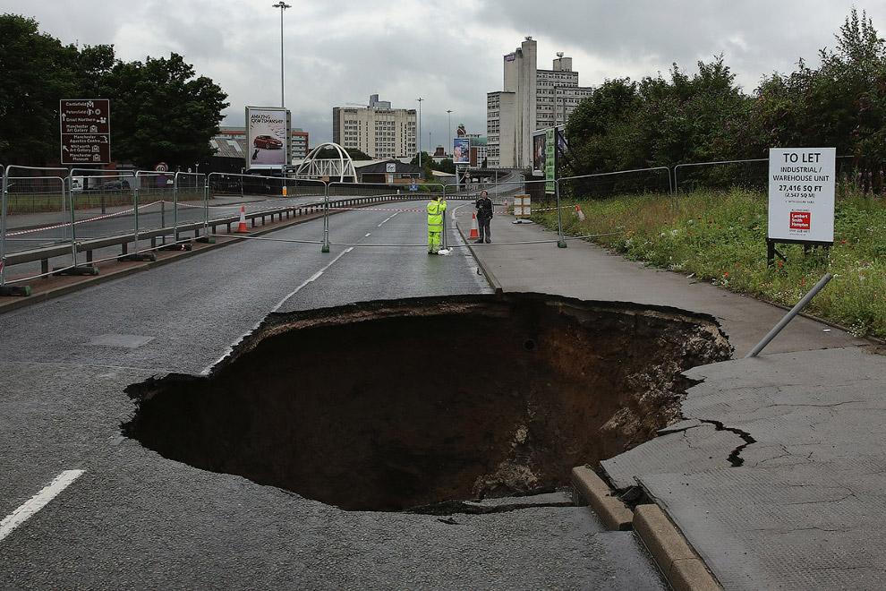 Дыра в земле в Манчестере