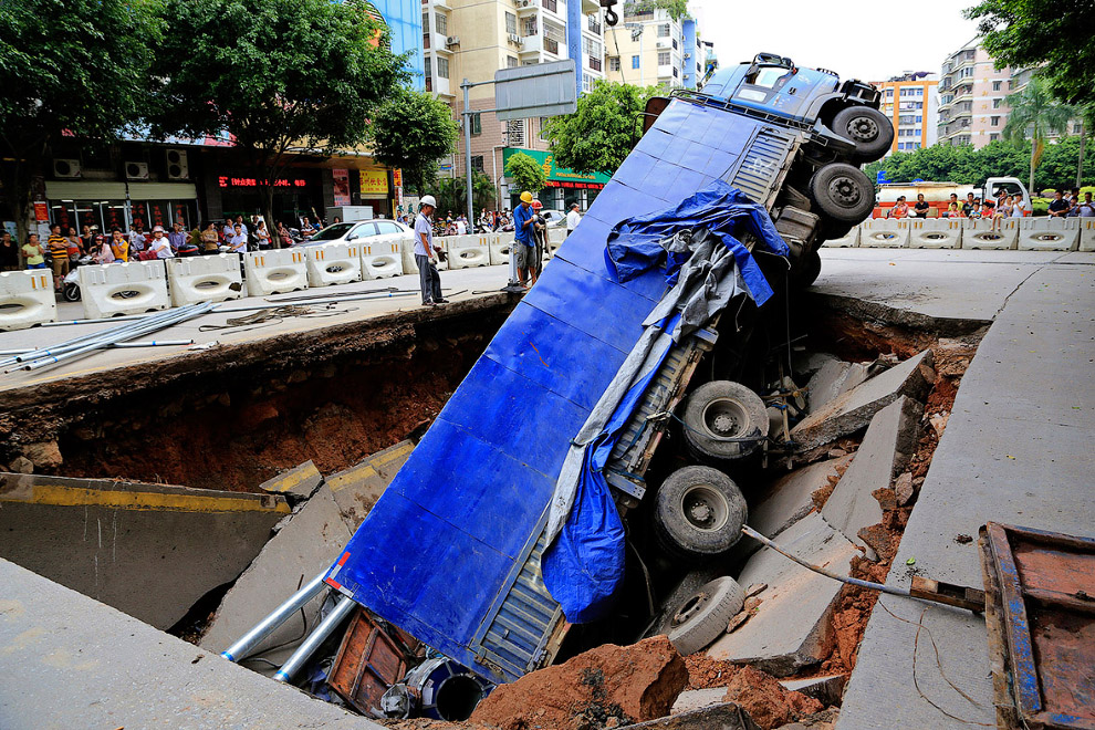 Провал на улице Гуанси-Чжуанского автономного района в Китае