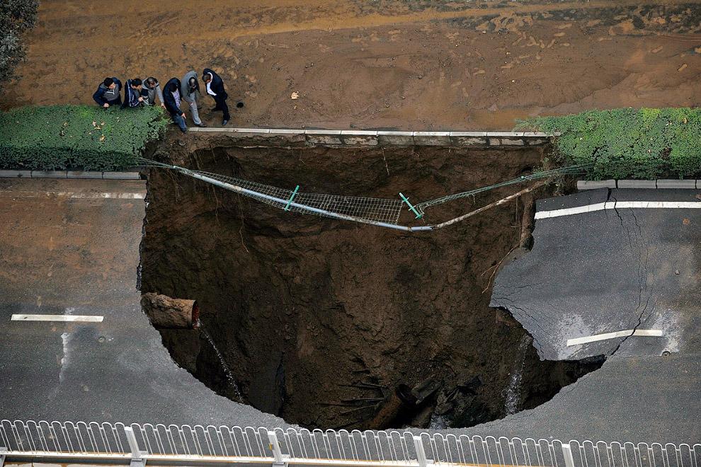 Это уже не дыра, а целая пропасть в провинции Шэньси, Китай