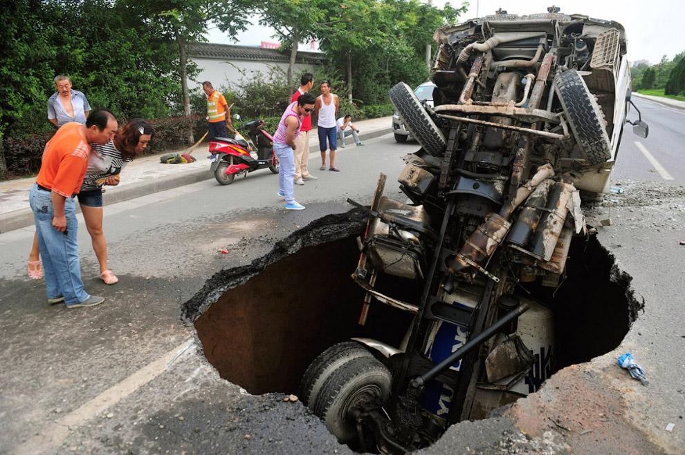 А это дыра на дороге в провинции Шэньси, Китай