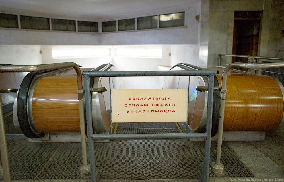 Ташкентское метро отличается от многих метро небольшой глубиной, поэтому на некоторых станциях эскалатор либо отключен, либо его вообще нет.