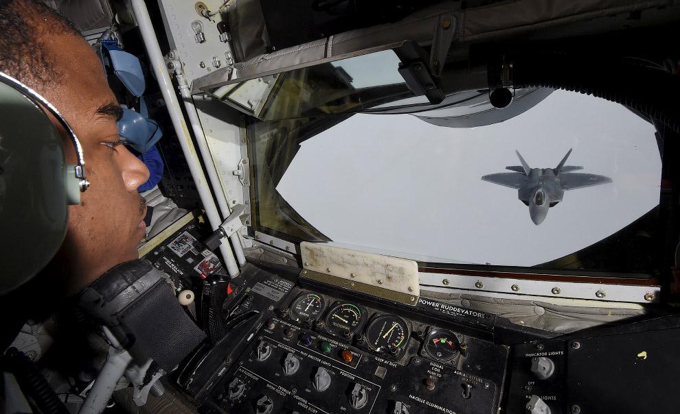 Вид из кабины самолета-дозаправщика KC-135 на F-22 «Раптор»