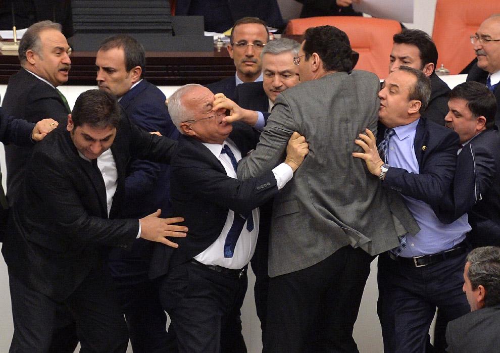 Дебаты оппозиционной и правящей партии в турецком парламенте в Анкаре, Турция