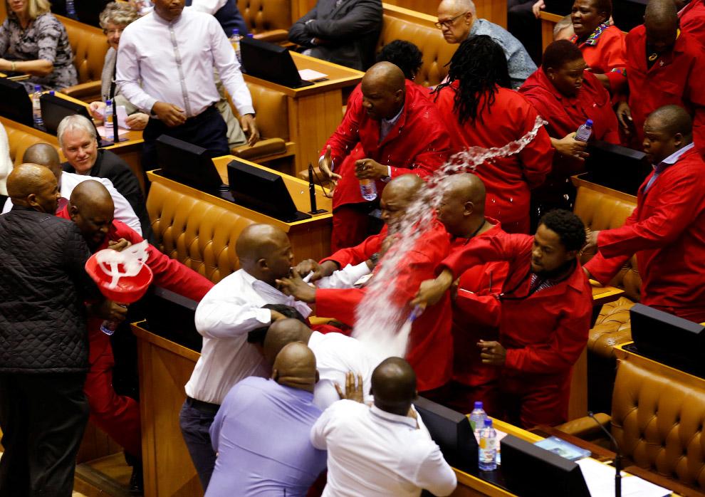Столкновение с охраной Парламента в Кейптауне, Южная Африка