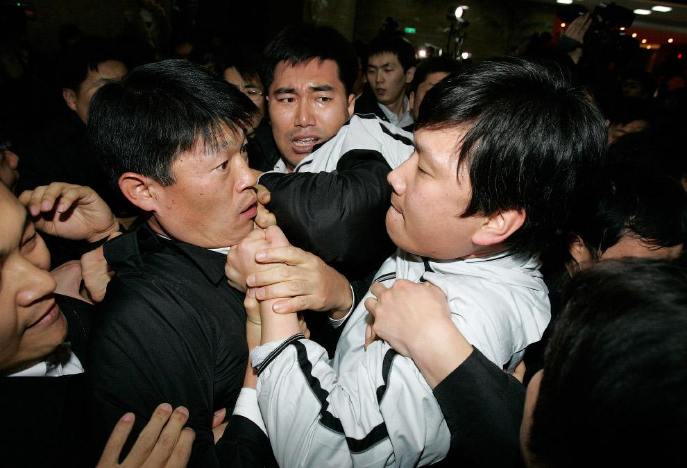 Оппозиция против охранников парламента в Национальном Собрании в Сеуле