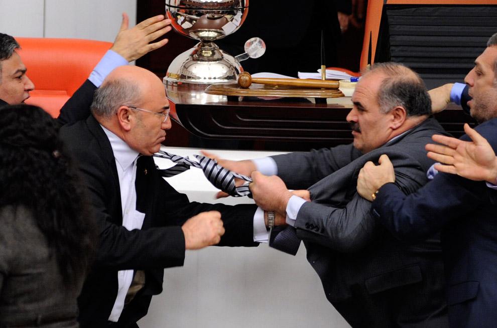 Снова потасовка во время дебатов в парламенте в Анкаре