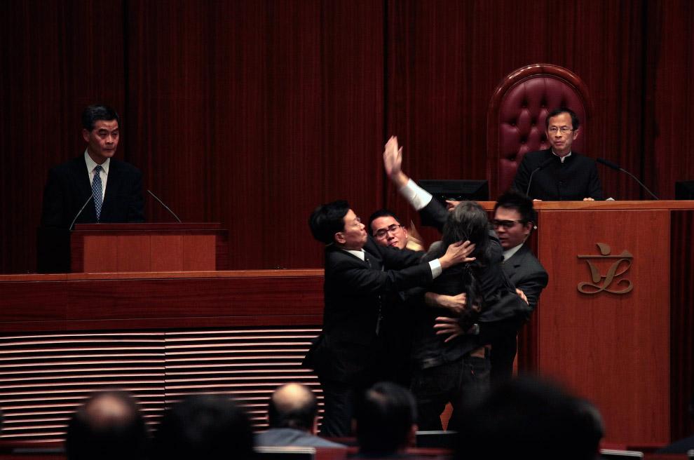 Драка в Законодательном совете в Гонконге