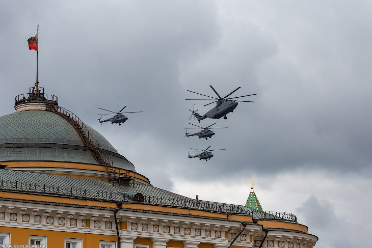 Парад открыло звено вертолетов Ми-8 воглаве Ми-26.