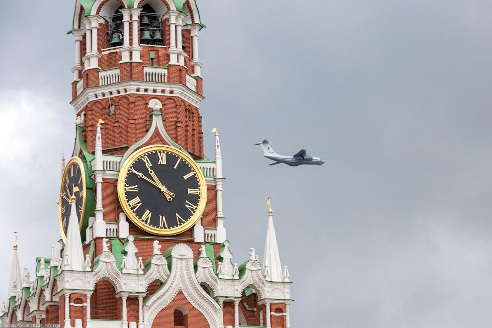 В гордом одиночестве пролетел новый Ил-76МД-90А.
