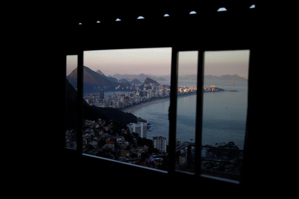 Виды из хостела Alto Vidigal в трущобах Рио-де-Жанейро, Бразилия