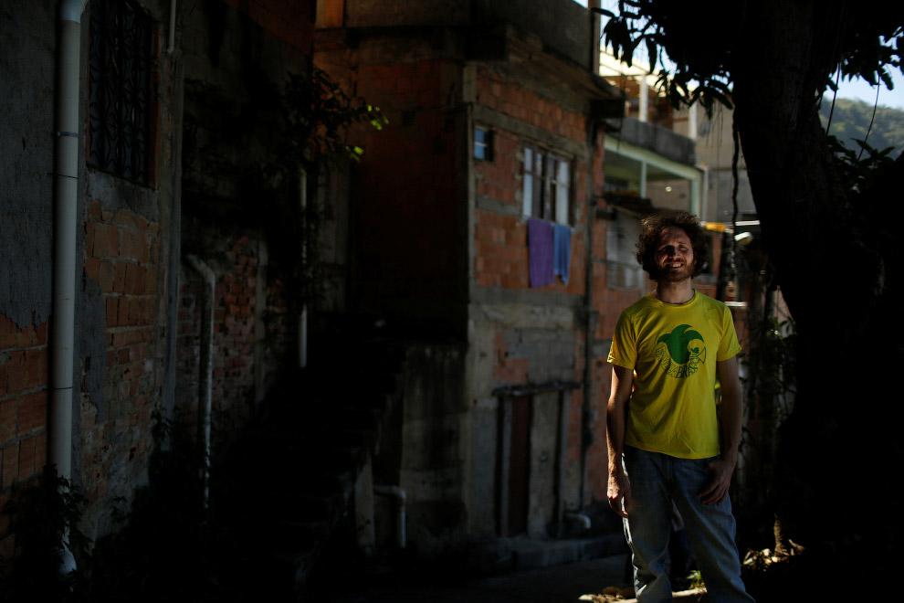Турист и британский музыкант, снимающий здесь, в трущобах номер
