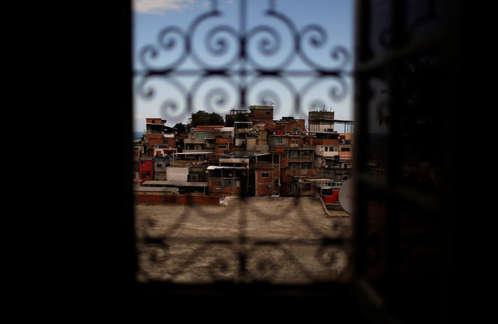 Вид на трущобы их окна хостела Tiki, Рио-де-Жанейро, Бразилия