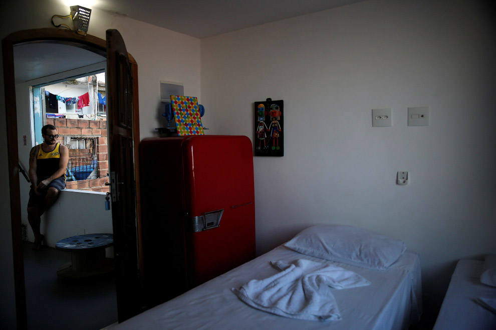 Турист в свое номере в хостеле Tiki, Рио-де-Жанейро, Бразилия