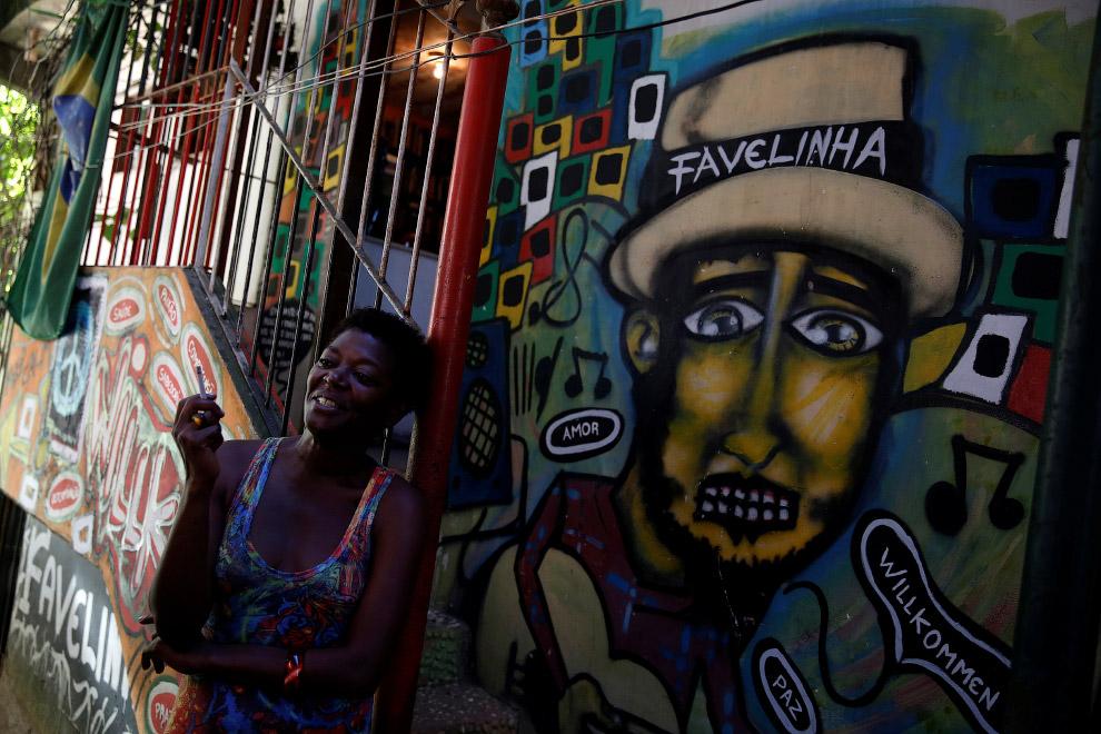 Работница хостела Favelinha на перекуре