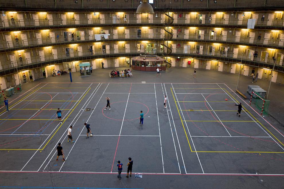 Футбольный матч в бывшей тюрьме в Гарлеме, Нидерланды