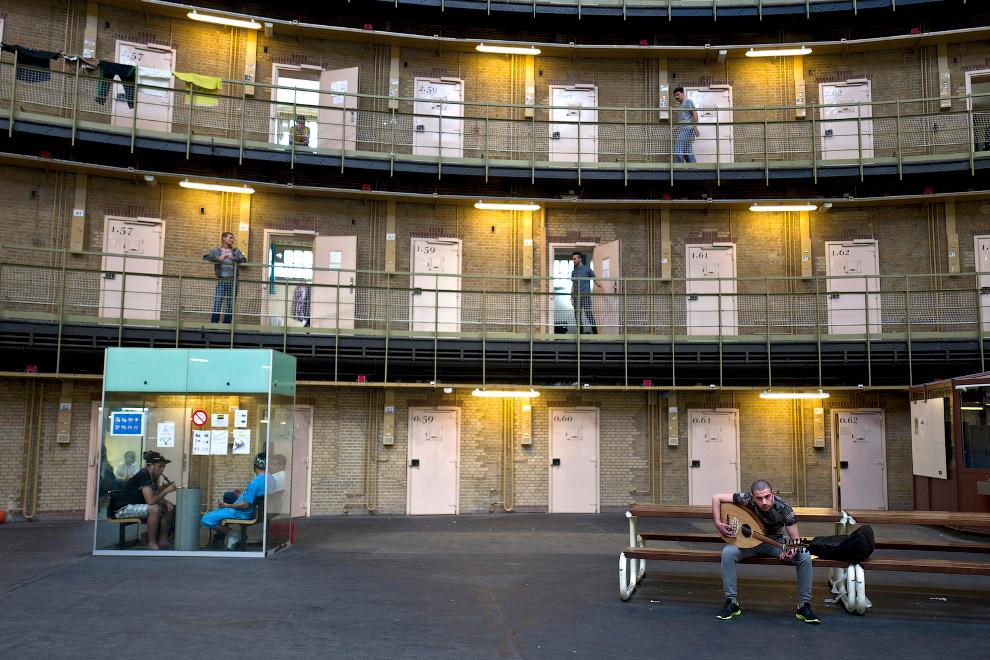 Сирийские беженцы, живущие в бывшей тюрьме в Гарлеме, Нидерланды