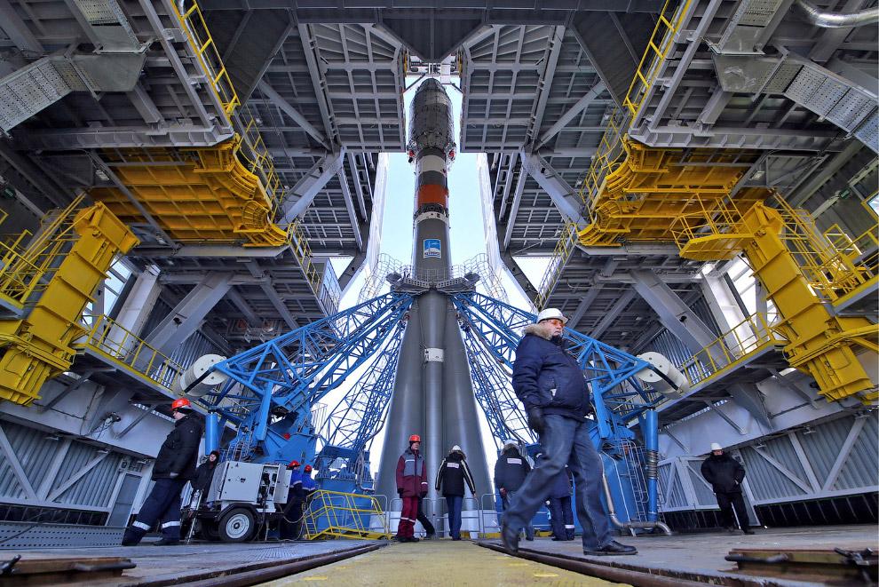 Установка ракеты на стартовой площадке космодрома Восточный