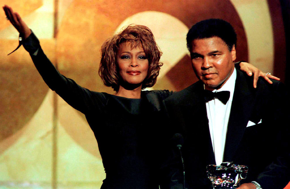 Певица Уитни Хьюстон вручает Мохаммеду Али награду на церемонии GQ