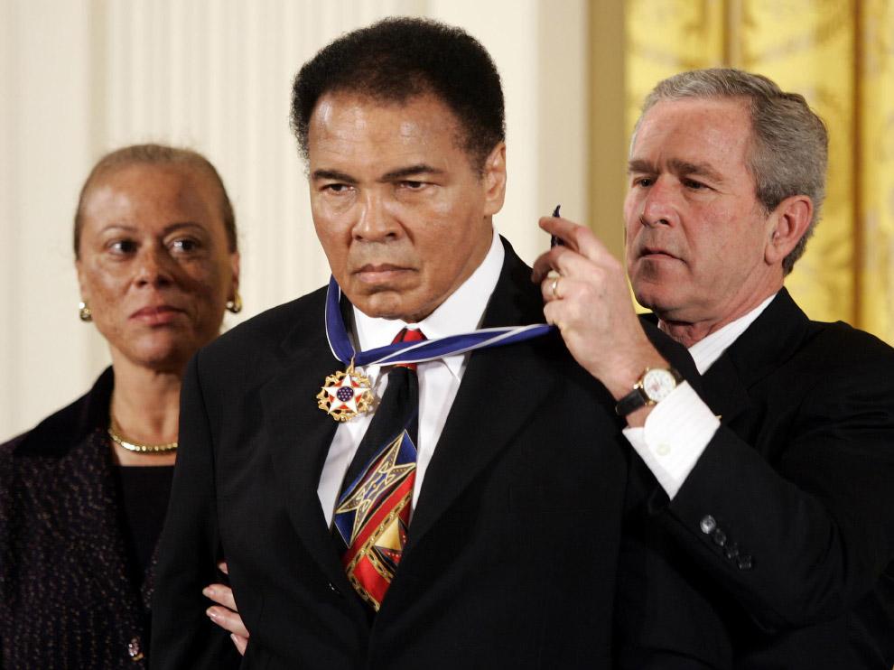 Президент США Джордж Буш вручает Мохаммеду Али Президентскую Медаль Свободы