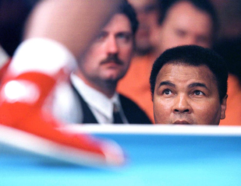 Мохаммед Али смотрит за дебютным поединком в профессиональном боксе его дочери Лайлы Али