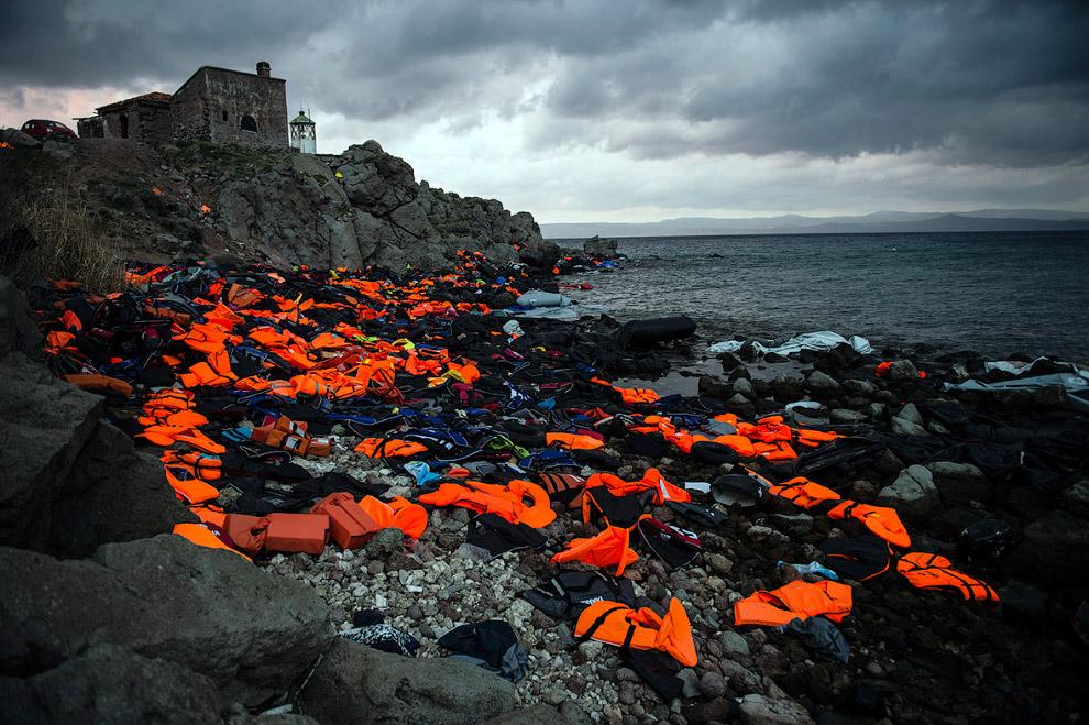 Брошенные спасательные жилеты мигрантов, прибывших на греческий остров Лесбос