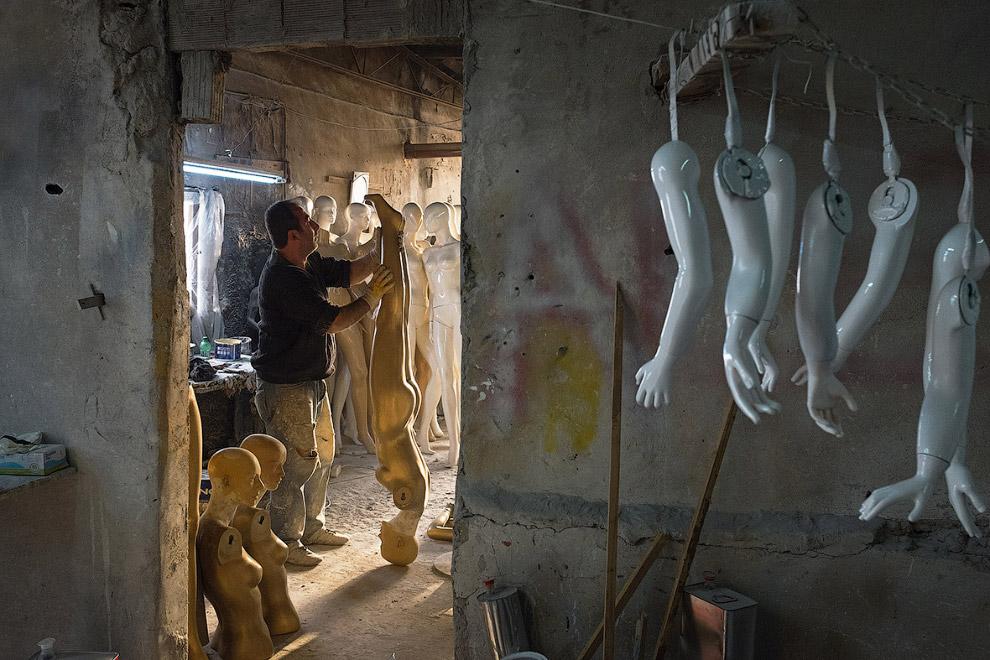 Фабрика по производству манекенов в Стамбуле, Турция, где занимаются покраской без респираторов
