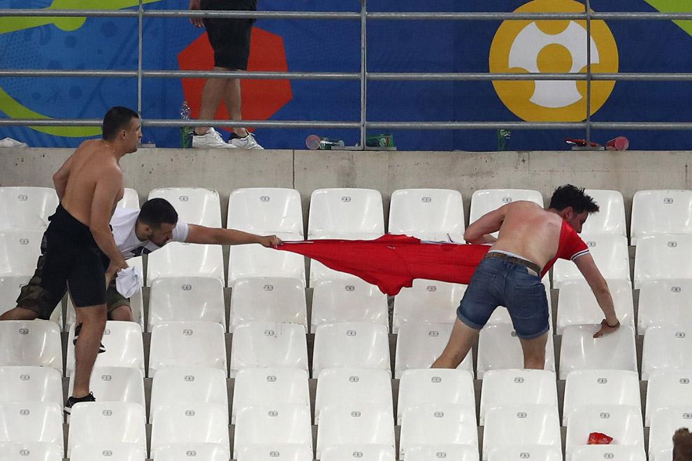 Столкновение «фанатов» сборных Англии и России в Марселе