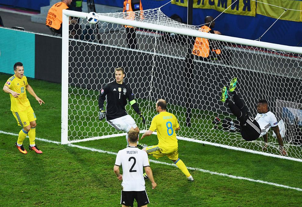 Артистично выбил мяч из ворот. Германия-Украина