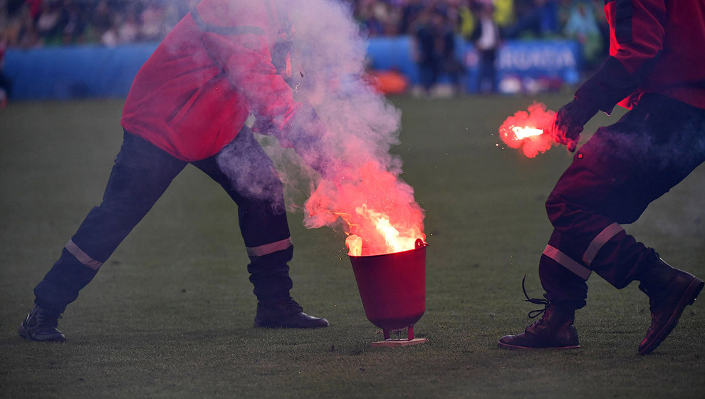 Фаеры на поле во время матча между сборными Чехии и Хорватии
