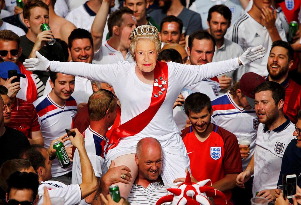 Английские фаны в маске королевы