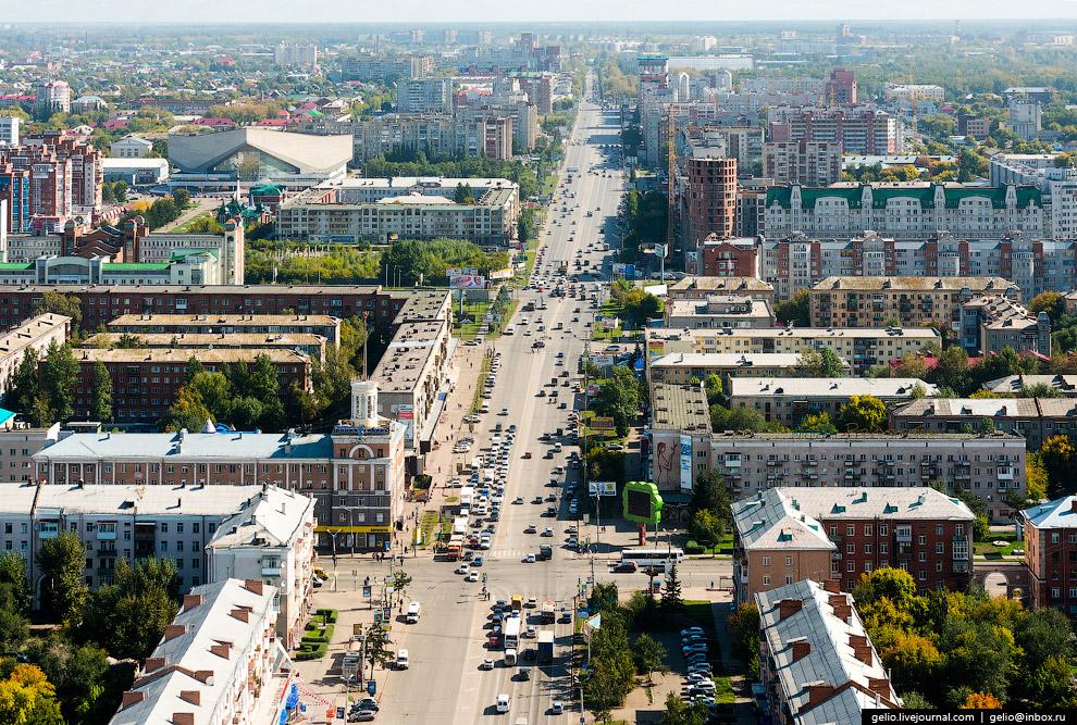«Дом со шпилем» — сталинка на пересечении проспекта Карла Маркса и ул. Масленникова.