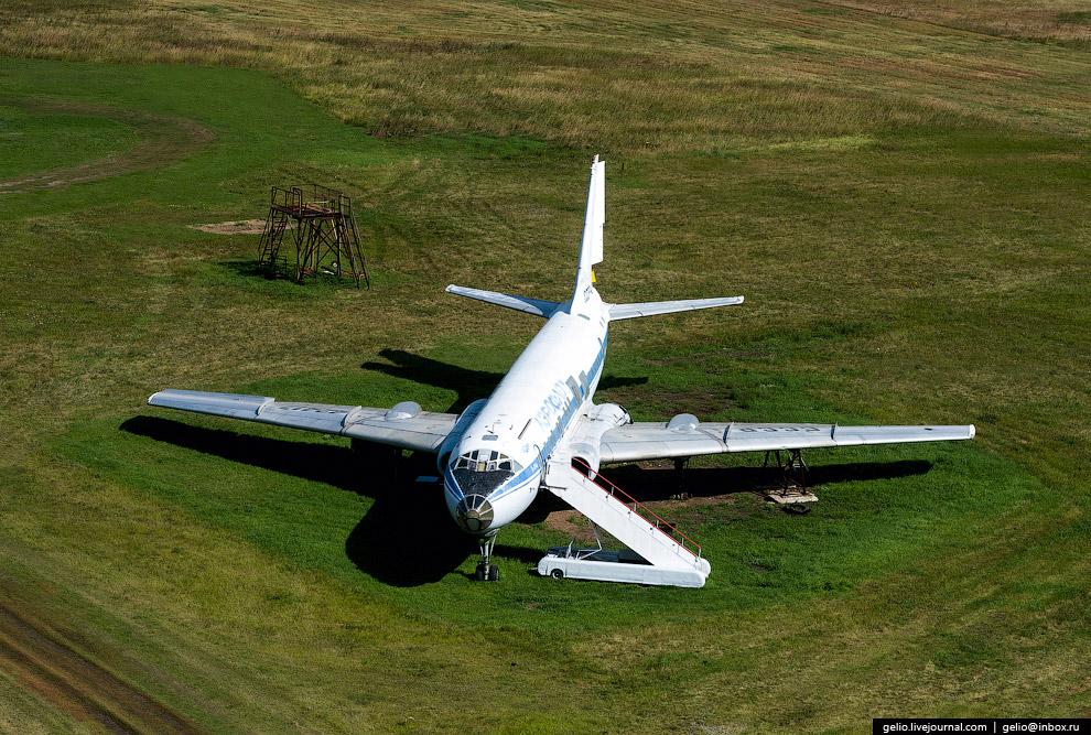 Борт СССР-42417 Ту-104Б, стоящий возле ВПП омского аэропорта.