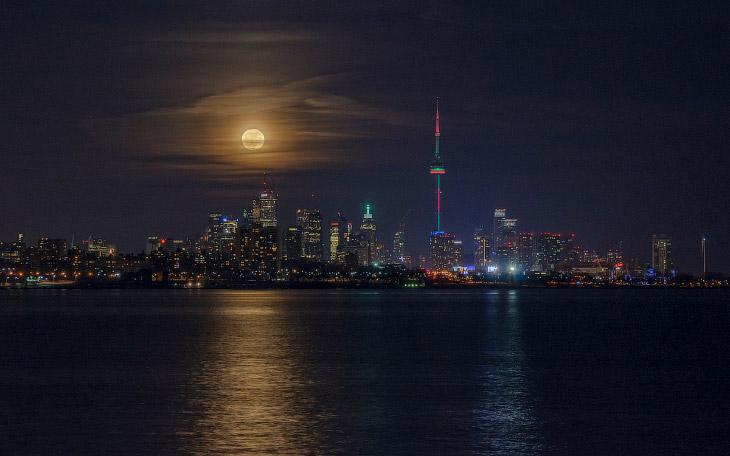 Восход луны в Торонто, Канада