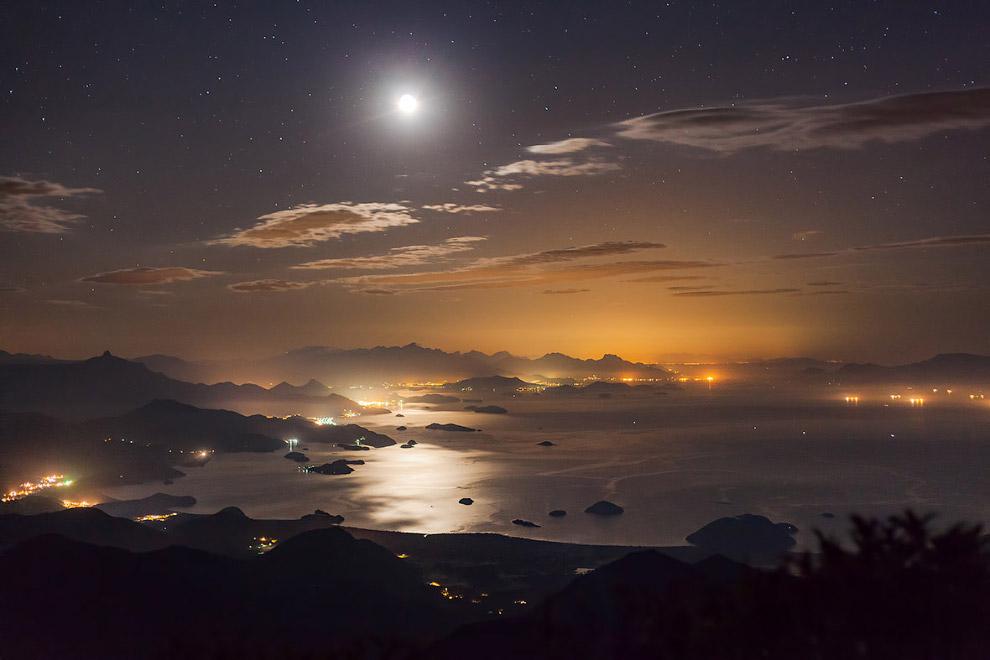Отражение Луны в заливе Парати, Бразилия