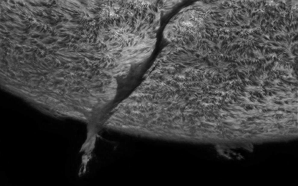 Огромный протуберанец простирается от поверхности нашей звезды по имени Солнце