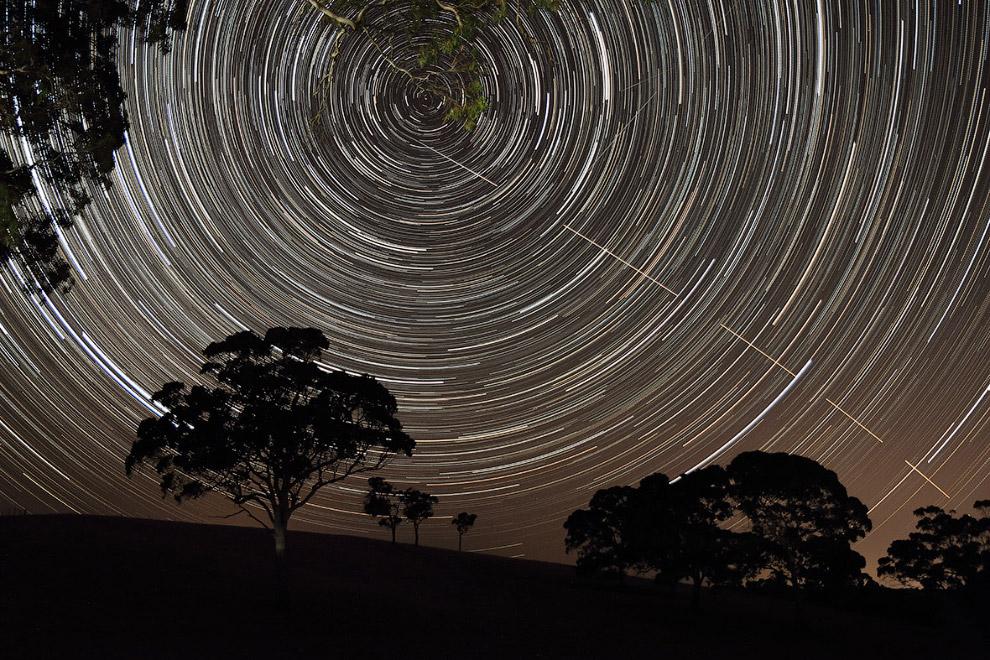 МКС «прокалывает» сквозь ночное небо звездные треки
